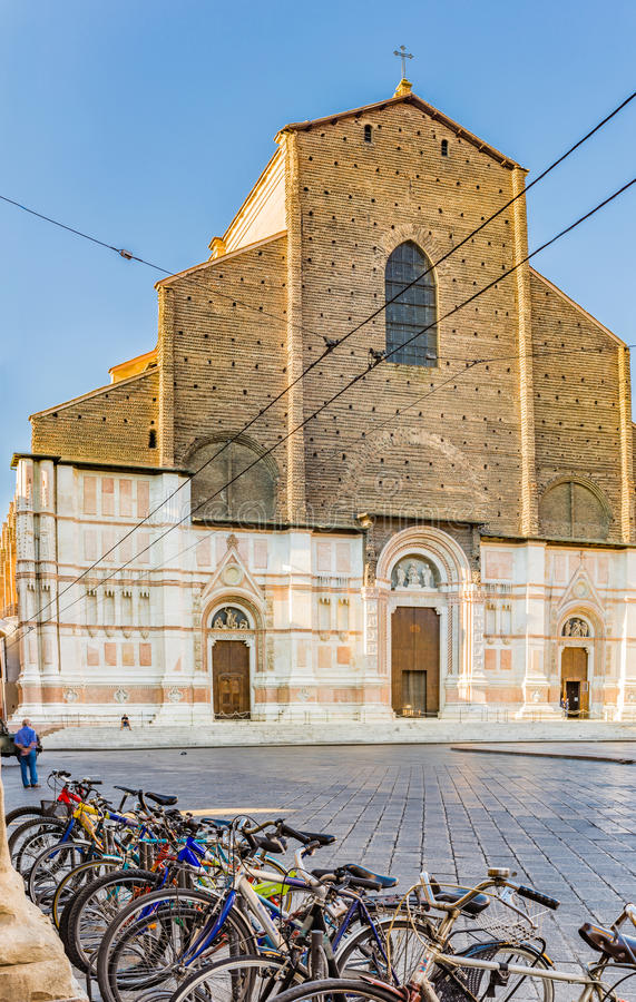 Bicyclettes et cathédrale de Bologna en Italie photo stock