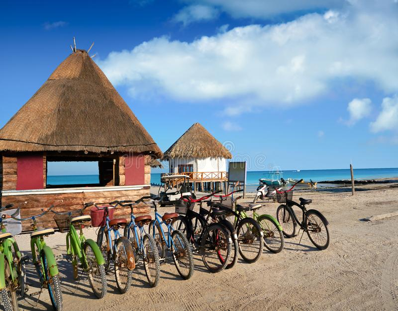 Bicyclettes et hutte Quintana Roo d'île de Holbox image libre de droits