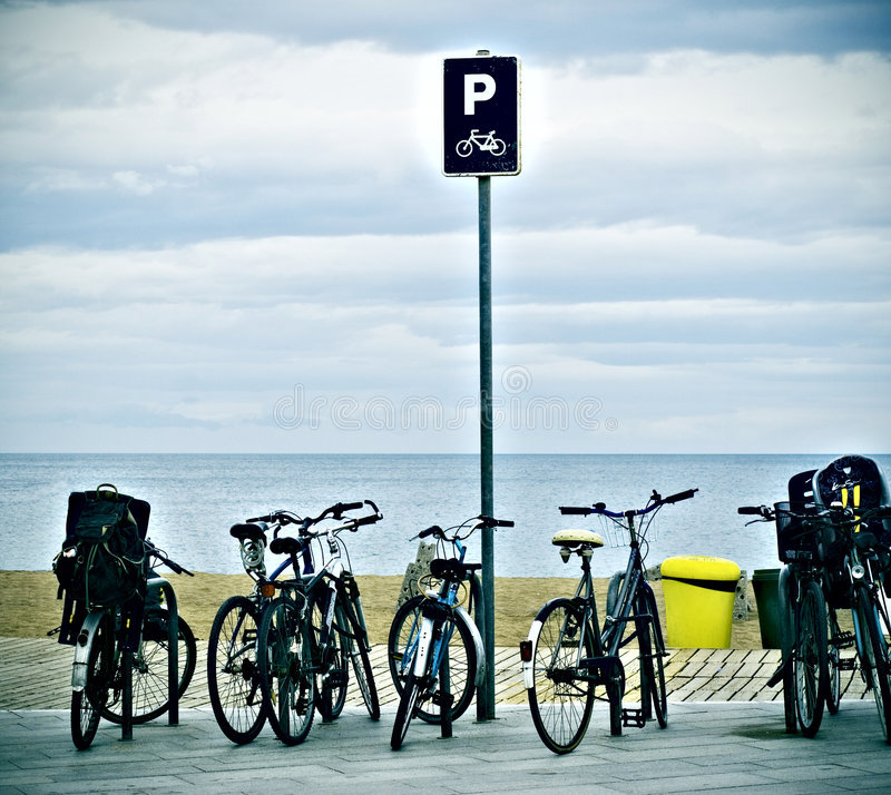 Bicyclettes et mer photo stock