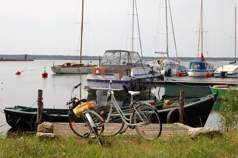 Bicyclettes et yachts au port photos libres de droits