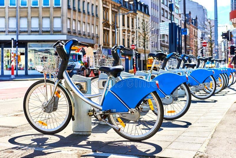 Bicyclettes pour le loyer dans une ville du Luxembourg photos libres de droits