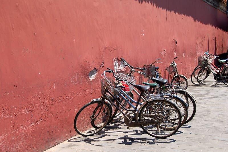 Bicyclettes près de mur rouge photographie stock