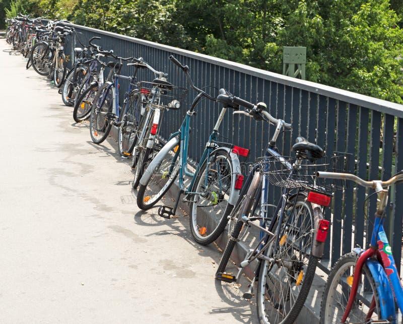 bicyclettes stationnées images libres de droits