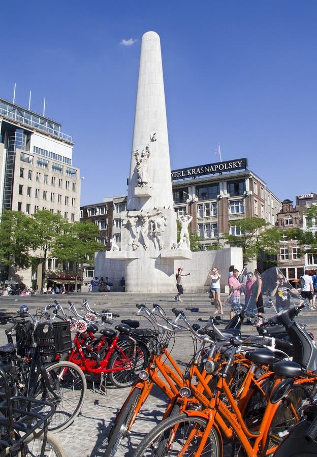 Bicyclettes sur la place Amsterdam de barrage image stock