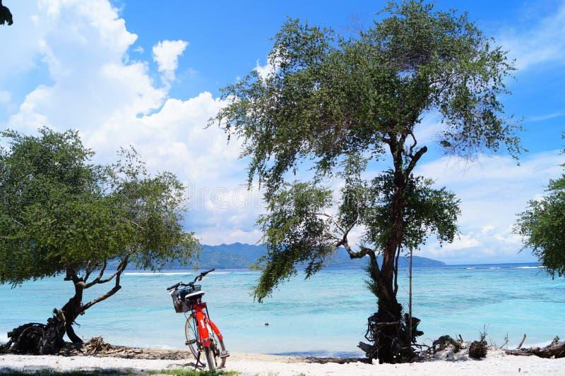 Bicyclettes sur la plage images stock