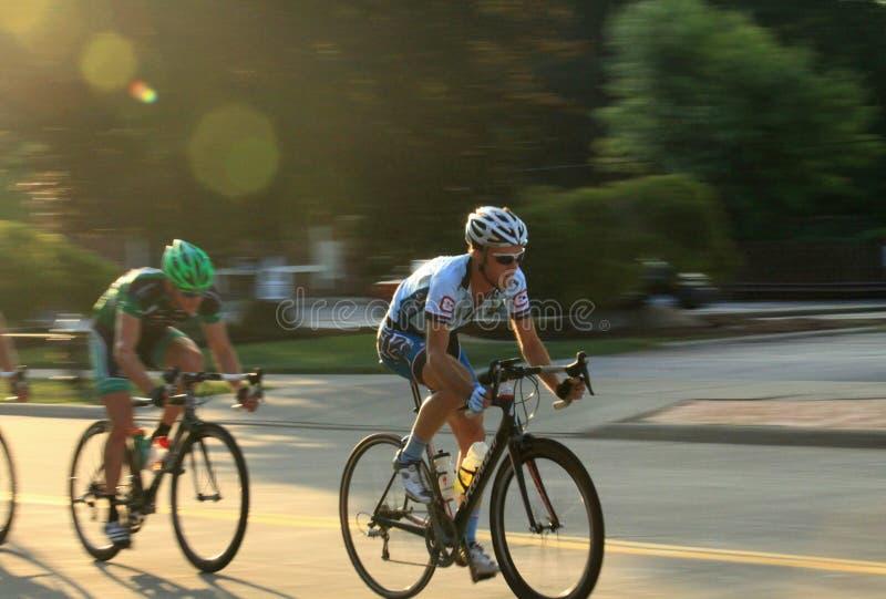 Bicycling на проезжей части стоковое фото rf