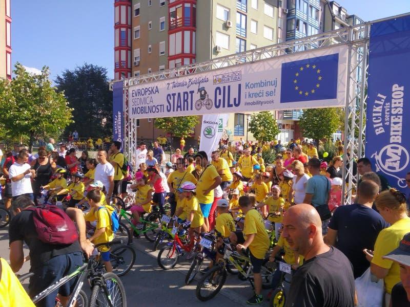 Bicycling em Tuzla o dia inteiro foto de stock