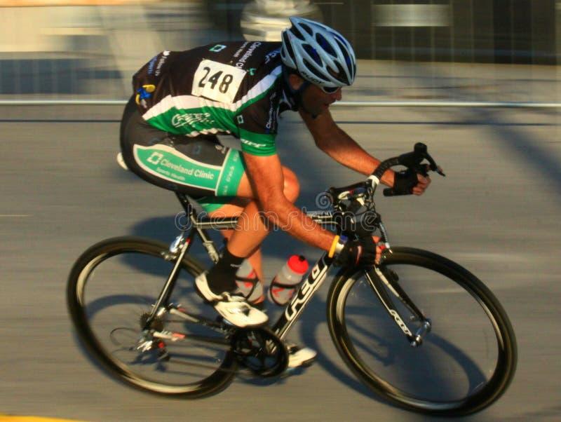 Bicycling na estrada fotos de stock
