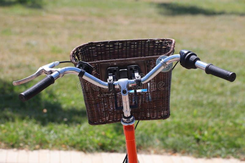 Bicycling no parque foto de stock