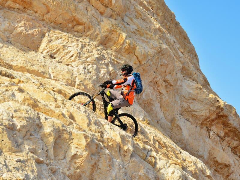 Bicyclist στα βουνά στοκ εικόνες με δικαίωμα ελεύθερης χρήσης
