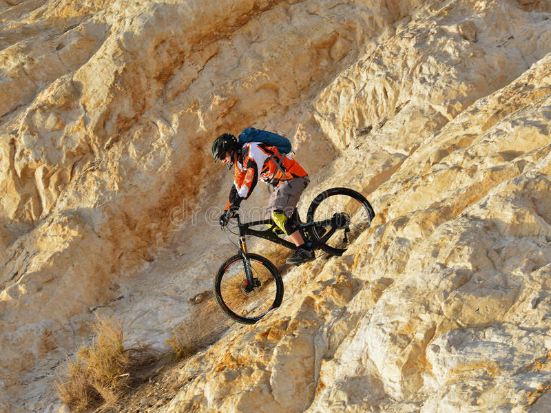 Bicyclist στα βουνά στοκ φωτογραφία