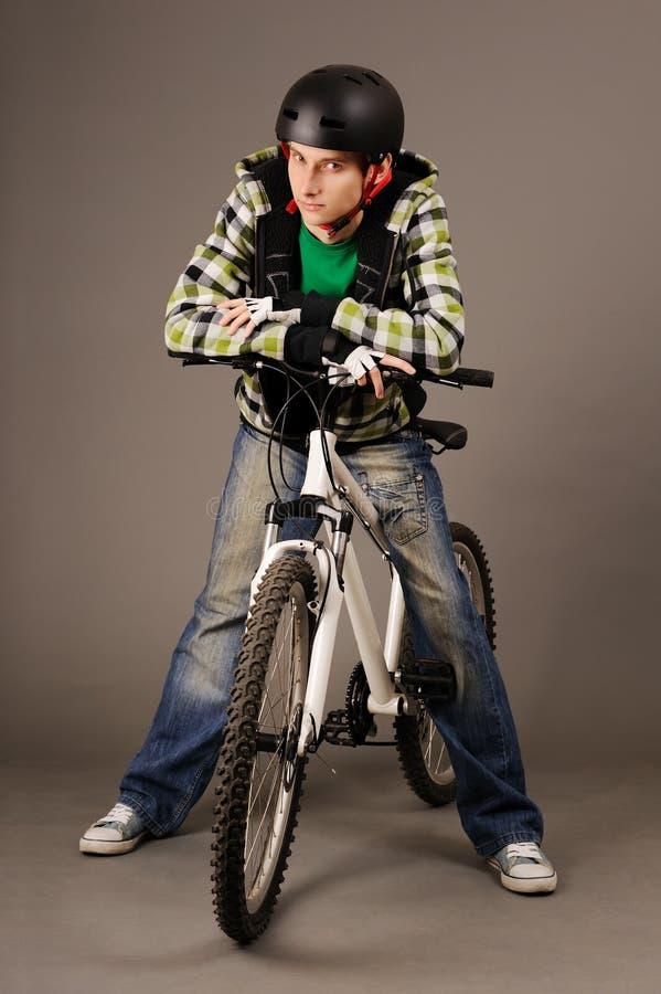 Bicyclist con la bicicleta imagen de archivo libre de regalías