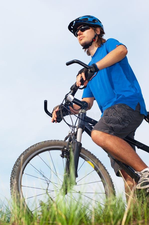 Bicyclist en bicicleta del whith del casco imagenes de archivo
