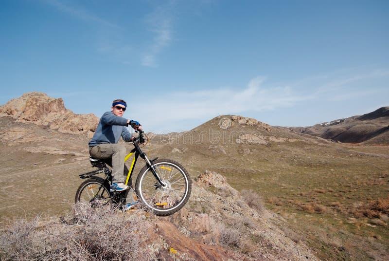Bicyclist entre las colinas imagen de archivo