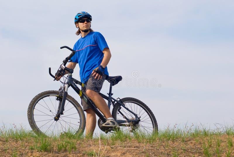Bicyclist joven fotografía de archivo libre de regalías