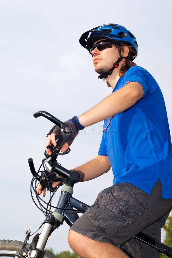 Bicyclist joven en casco imagen de archivo libre de regalías