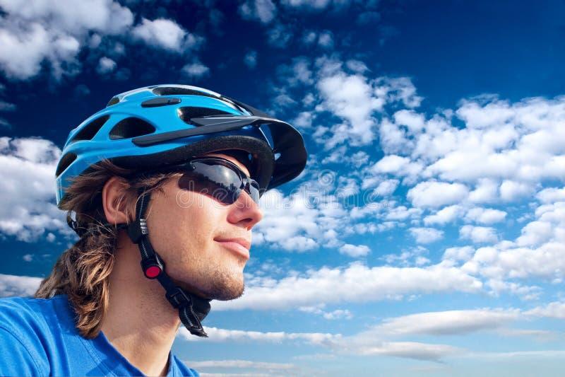 Bicyclist joven en casco y vidrios fotos de archivo libres de regalías