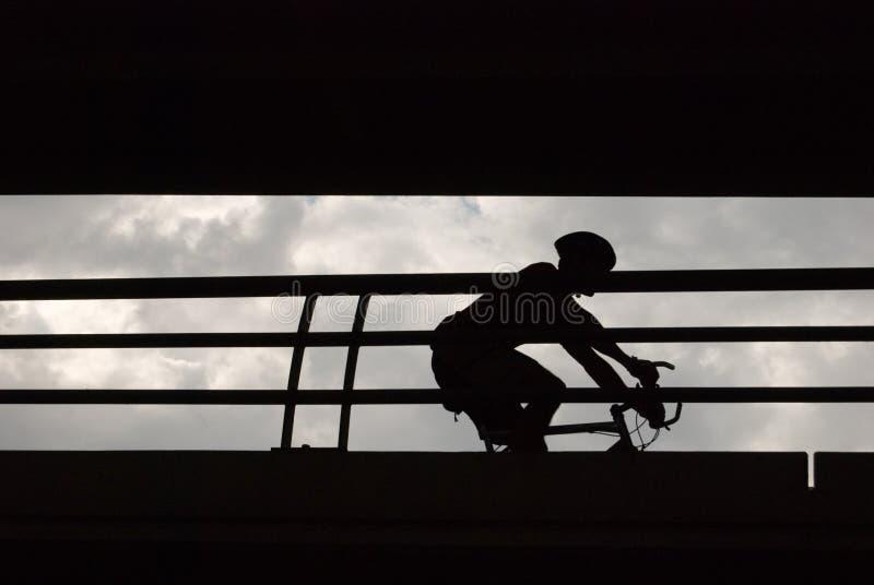 Bicyclist masculino en silueta fotografía de archivo libre de regalías