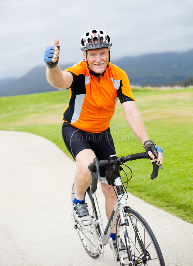 Bicyclist masculino mayor fotografía de archivo libre de regalías