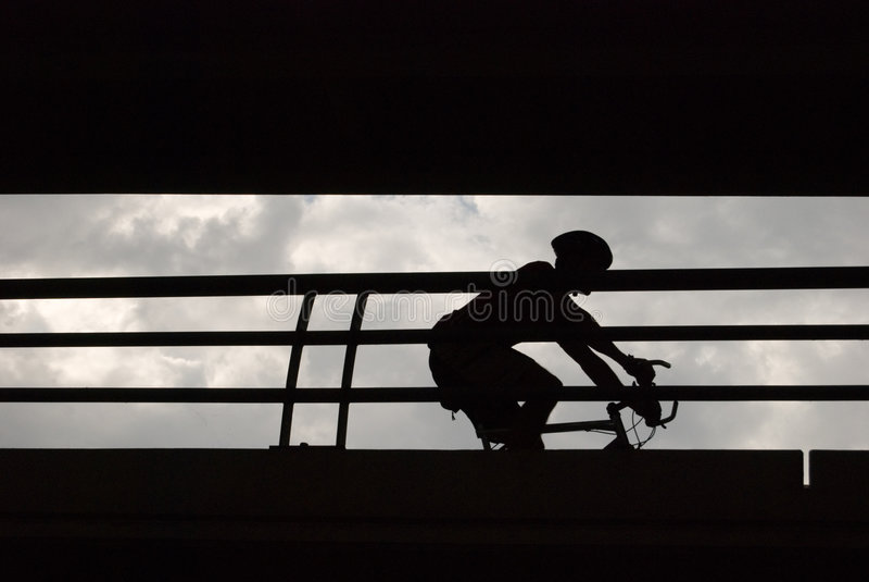 Bicyclist masculino na silhueta fotografia de stock royalty free