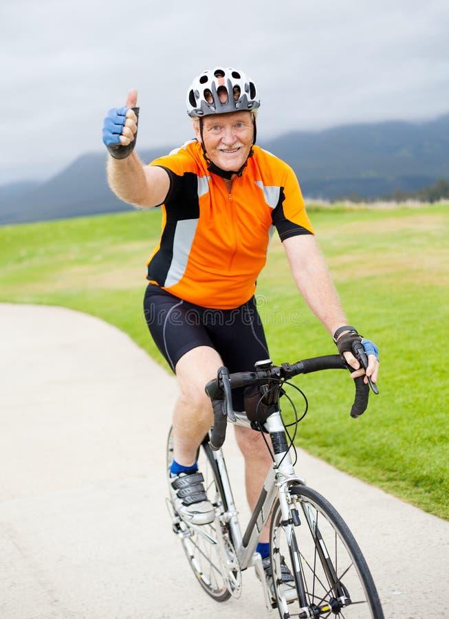 Bicyclist masculino sênior fotografia de stock royalty free
