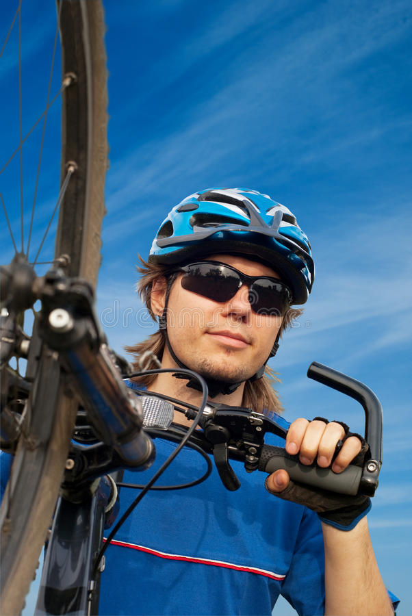 Bicyclist no capacete com bicicleta imagens de stock royalty free