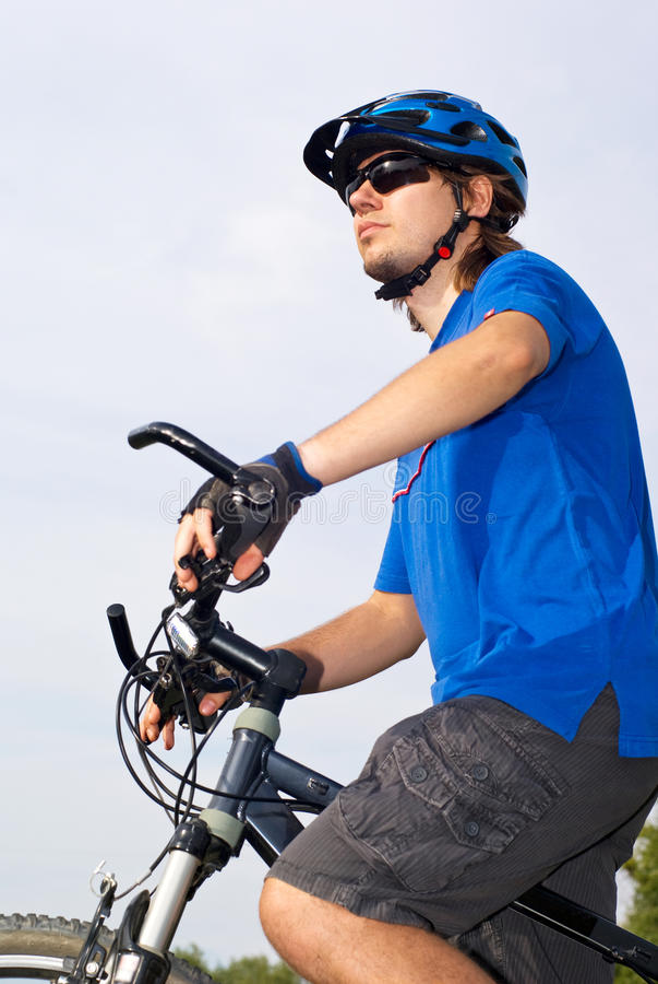 Bicyclist novo no capacete imagem de stock royalty free