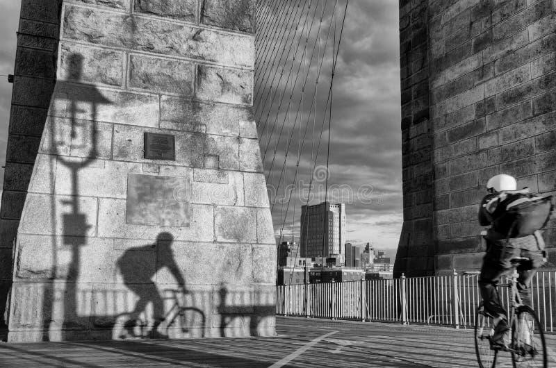 Bicyclist op Brooklyn Bridge stock afbeeldingen
