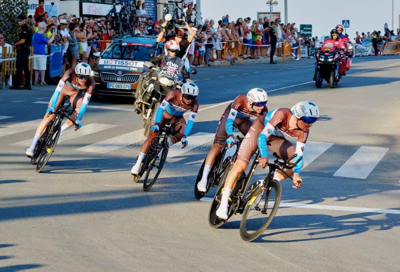 Bicyclist racers nemen deel aan de wedstrijd La Vuelta stock afbeeldingen