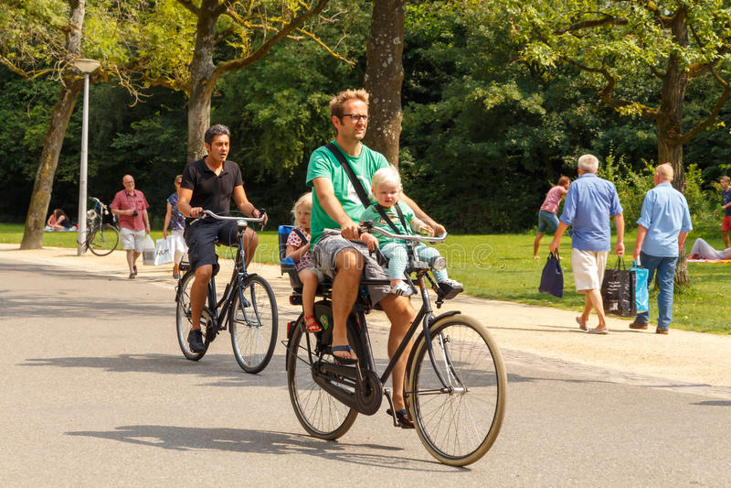Bicyclists στο Άμστερνταμ στοκ φωτογραφία