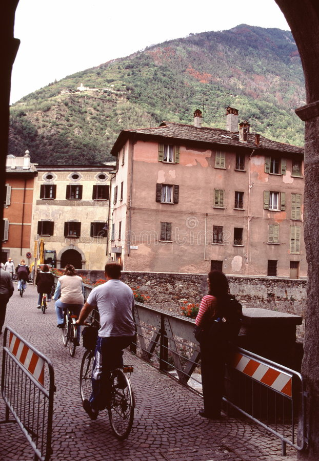 Bicyclists na rua italiana imagem de stock royalty free