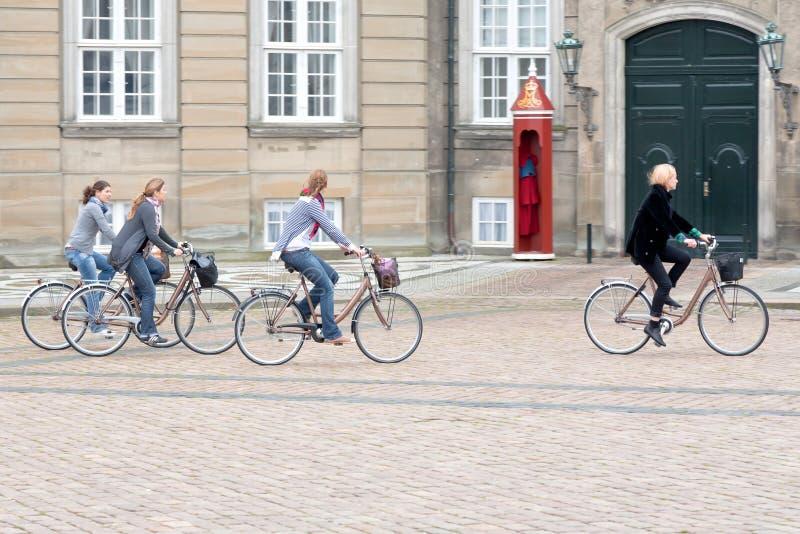 Bicyclists no quadrado no palácio de Amalienborg imagem de stock royalty free