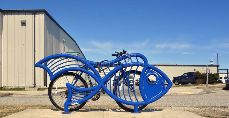 Bicykl blokujący błękit ryby rzeźba obrazy stock