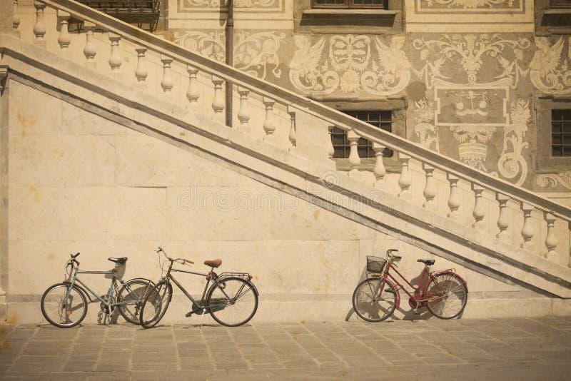 Bicykl historycznym schody w Pisa w rocznika brzmieniu zdjęcie stock