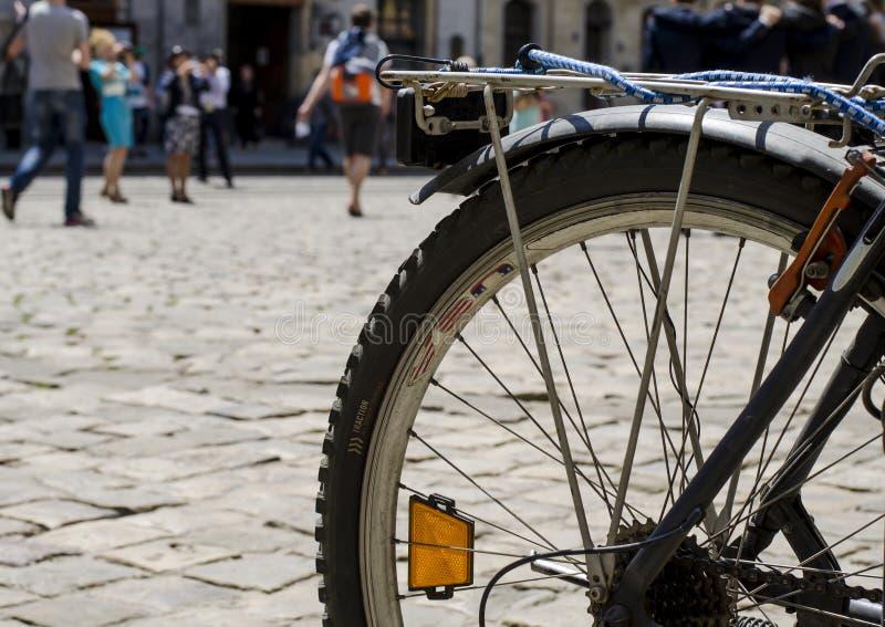 Bicykl na miasto ulicie obraz royalty free
