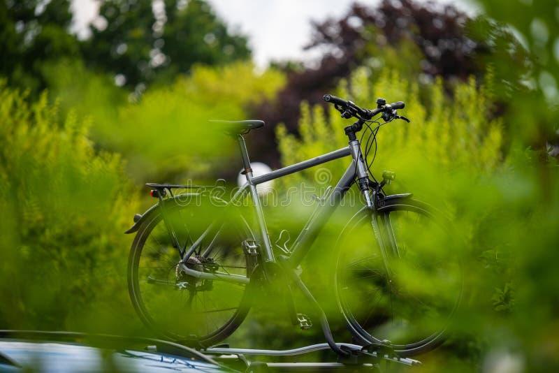 Bicykl na samochodzie z roweru przewoźnikiem na dachu obrazy royalty free