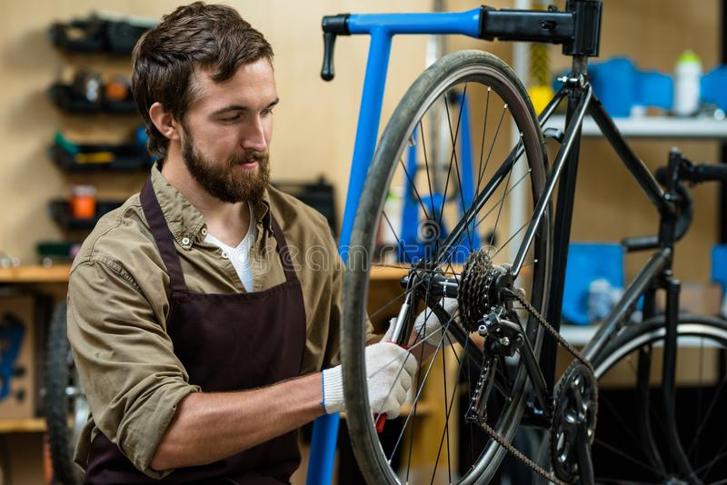 Bicykl naprawa zdjęcie royalty free