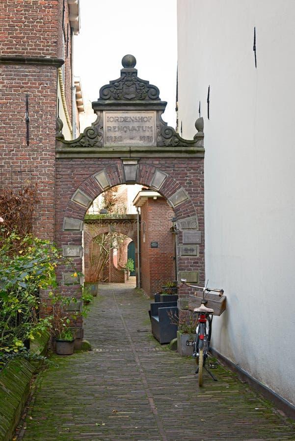 Bicykl parkujący przy wąską ulicą w Deventer, typowa Holenderska scena obrazy stock