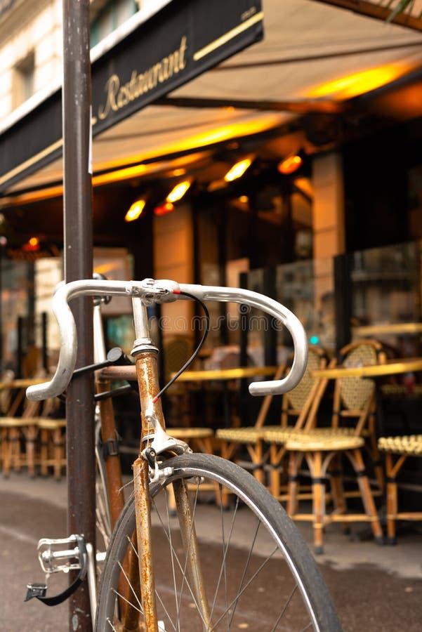 Bicykl przed Paryską kawiarnią zdjęcie royalty free