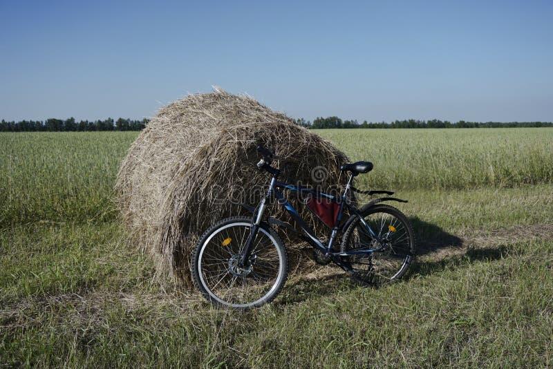 Bicykl przy snopem skoszony siano obrazy stock