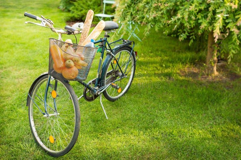 Bicykl z artykułami żywnościowy w koszu (sklepy spożywczy) fotografia royalty free