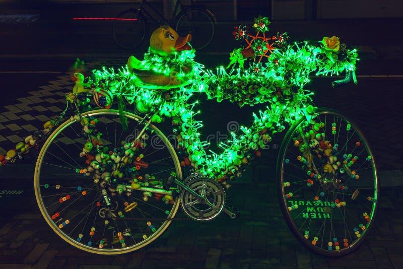 Bicykl z jaskrawy zieloną iluminacją zdjęcie stock