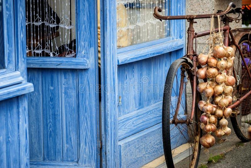 Bicykl z różowym cebulkowym warkoczem Roscoff Roscoff, Brittany †- 'Francja fotografia stock