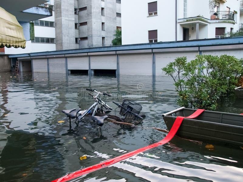 Bicykl zanurzający powodzią fotografia royalty free