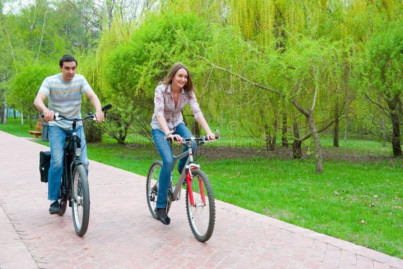 bicykle dobierają się szczęśliwych jeździeckich potomstwa fotografia royalty free