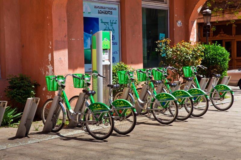 bicykle grupują obiektywu fotografii rzędu przesunięcia plandekę Bycicle czynsz w Batumi, Gruzja zdjęcia stock