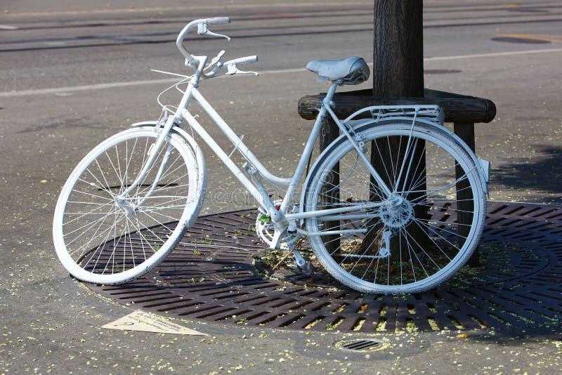 Bicykle parkowali pobocze zdjęcie stock