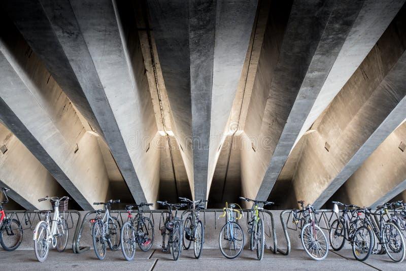 Bicykle pod betonowymi promieniami zdjęcia royalty free