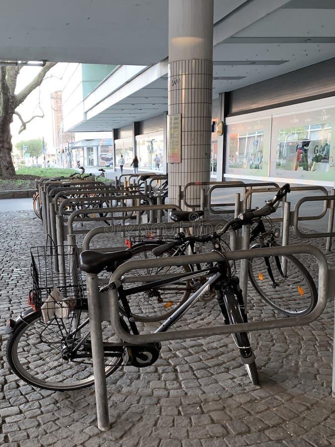 bicykle przy miastem zdjęcie royalty free