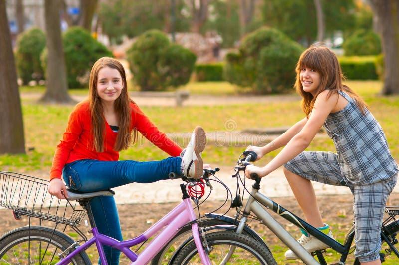 bicykli/lów zabawy dziewczyny ma dosyć nastoletni dwa fotografia royalty free